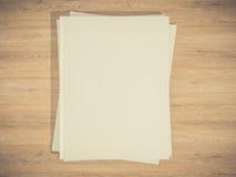 Okładka magazynu z pustym białej strony mockup na rocznika drewnianym substracie Obraz Stock