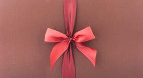 Okładkowy prezenta pudełko z czerwonym łękiem obraz stock