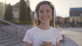 Ok życzliwi dziewczyn przedstawienia gestykulują ok pogodnego wieczór miękki światło 4K zbiory wideo