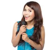 妇女唱歌卡拉OK演唱 免版税图库摄影