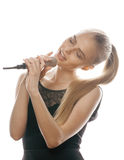 唱歌在话筒的年轻人相当白肤金发的妇女隔绝了紧密卡拉OK演唱 免版税库存图片