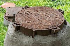 Okładkowy stary manhole obrazy stock