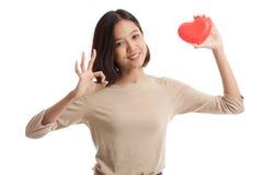 OK asiatique d'exposition de femme d'affaires avec le coeur rouge Photographie stock libre de droits
