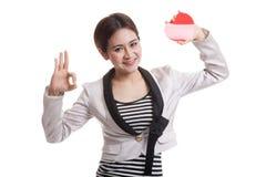 OK asiatique d'exposition de femme d'affaires avec le coeur rouge Image libre de droits