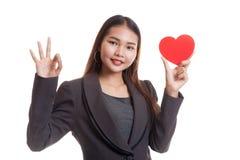 OK asiatique d'exposition de femme d'affaires avec le coeur rouge Photos libres de droits