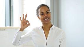 Ok, gest ok amerykanin kobietą w biurze Zdjęcie Stock