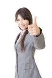 Ok gestvisning av den unga och le affärskvinnan royaltyfria bilder
