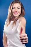 OK lub Ok, z kciukiem piękny Młoda piękna kobieta Obrazy Royalty Free