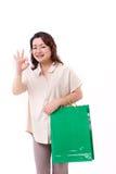 Ok ręka znaka gest od szczęśliwej zakupy azjata kobiety Zdjęcie Stock