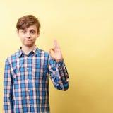 Ok, satysfakcja i zatwierdzenie, chłopiec gestykuluje ok zdjęcie stock