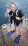 ok scuba för dykare som visar tecknet Arkivbilder