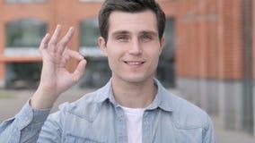 OK zadowolony młodego człowieka stać plenerowy zdjęcie wideo