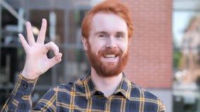 OK Zadowolonym rudzielec brody młodym człowiekiem, Plenerowym zdjęcie wideo