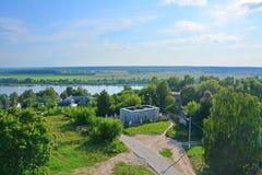 Oka河可汗Shah-Alya的看法和Tekiye从Khan& x27尖塔的; s清真寺在卡西莫夫市,俄罗斯 免版税库存图片