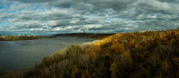 Oka河的河岸在秋天 免版税库存照片