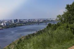 Oka河的看法和城市的低部 库存图片