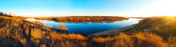 Oka河的美好的全景在Kolychevo区,在秋天天在11月 莫斯科地区城市  免版税库存图片