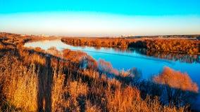 Oka河的美好的风景在Kolomna,秋天全景,明亮的秋天在11月 金黄树,蓝天 免版税库存图片