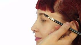 Oka makeup kobieta stosowa? eyeshadow proszek Stylista robi uzupe?nia? dla kobiety eyeliner zbiory wideo