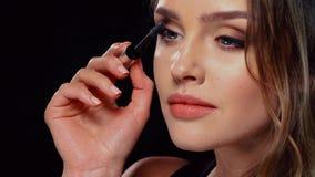 Oka Makeup Piękna kobieta Stosuje tusz do rzęs Na batach zdjęcie wideo