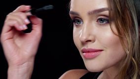 Oka Makeup Piękna kobieta Stosuje tusz do rzęs Na batach zbiory wideo