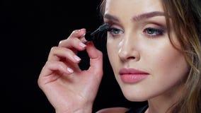 Oka Makeup Piękna kobieta Stosuje tusz do rzęs Na batach zbiory