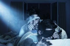 Okaleczać i bezsenne chłopiec żuć paznokcie przy sypialnią w fron Zdjęcie Stock