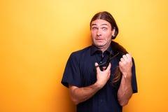 Okaleczająca śmieszna twarz podczas gdy ciący włosy z nożycami fotografia royalty free
