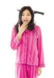 Okaleczająca Azjatycka młoda kobieta jest ubranym nóż kształtującego włosianego zespołu obraz stock