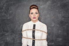 Okaleczająca biznesowa kobieta wiążąca z arkaną Zdjęcie Royalty Free