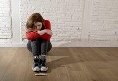 Okaleczająca ciężarna nastolatek dziewczyna lub młoda desperacka kobieta patrzeje pozytywny ciążowy test obraz royalty free