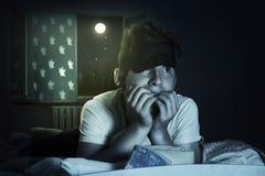 Okaleczająca i bezsenna chłopiec żuć paznokcie przy sypialnią Obrazy Royalty Free