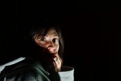 Okaleczająca i przerażająca brunetki kobieta zakrywa jej usta w szoku Zdjęcia Stock