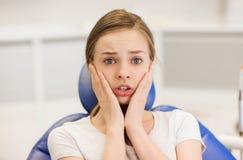 Okaleczająca i przerażająca cierpliwa dziewczyna przy stomatologiczną kliniką Zdjęcia Stock
