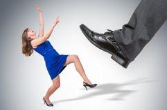 Okaleczająca i szokująca mały biznes kobieta pod szefa naciskiem Zdjęcie Stock