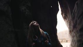 Okaleczająca młoda blondynki kobieta z plecaka odprowadzeniem gubjącym w ciemnej jamie Niebezpieczna przygoda, wycieczkuje niesam zbiory wideo
