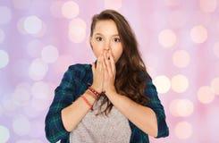 Okaleczająca nastoletnia dziewczyna nad różowymi wakacji światłami obraz stock