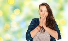 Okaleczająca nastoletnia dziewczyna nad zielonymi wakacji światłami zdjęcia stock