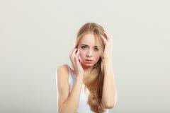 Okaleczająca przestraszona kobieta na szarość Zdjęcia Stock