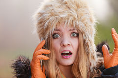 Okaleczająca przestraszona kobieta opowiada na telefonie komórkowym Fotografia Royalty Free