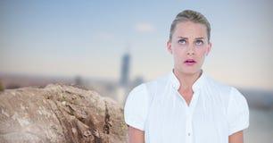 Okaleczający bizneswoman patrzeje daleko od skałą Zdjęcie Stock