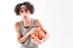 Okaleczający cienki męski gracz koszykówki Zdjęcie Royalty Free