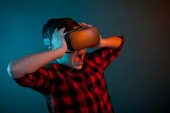 Okaleczający dzieciak w VR szkłach zdjęcia royalty free