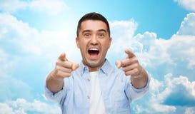 Okaleczający mężczyzna krzyczy palec na tobie i wskazuje Zdjęcie Royalty Free