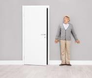 Okaleczający starszy dżentelmen chuje przeciw ścianie Fotografia Stock