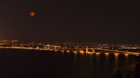 Okanagan jeziora most Kelowna BC Kanada przy nocą Fotografia Stock