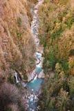 Okatse flod och vattenfall i den Okatse kanjonen i vinter, Georgia Arkivbild