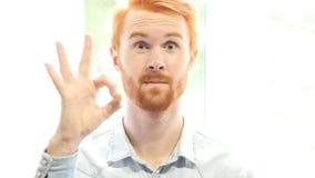 Okay,全部的标志很好是,工作根据计划,满意的红色头发胡子人 免版税库存照片