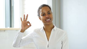 Okay黑人妇女姿态  股票录像