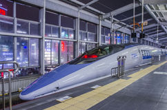 OKAYAMA - 26. DEZEMBER: Shinkansen-Kugelzug an Okayama-Eisenbahnst. Stockfotos